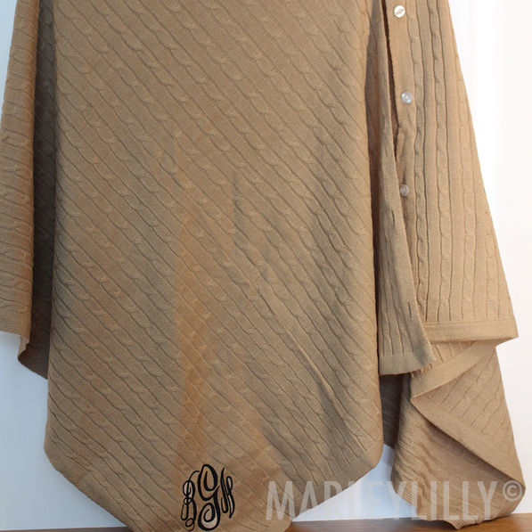 BLOOPER  Monogrammed Poncho. View model info a907eb947255